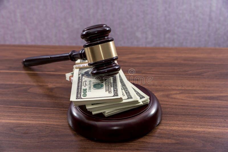 有美元的法官惊堂木 库存照片