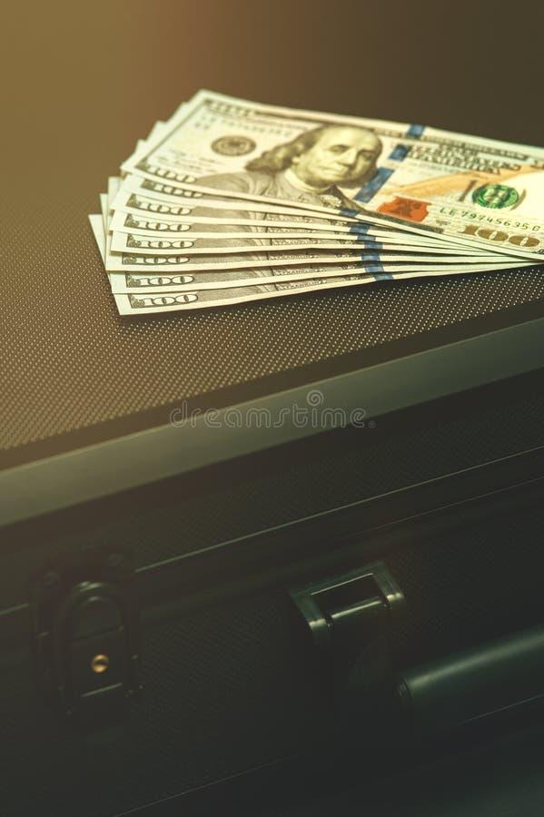 有美元的黑手提箱 图库摄影