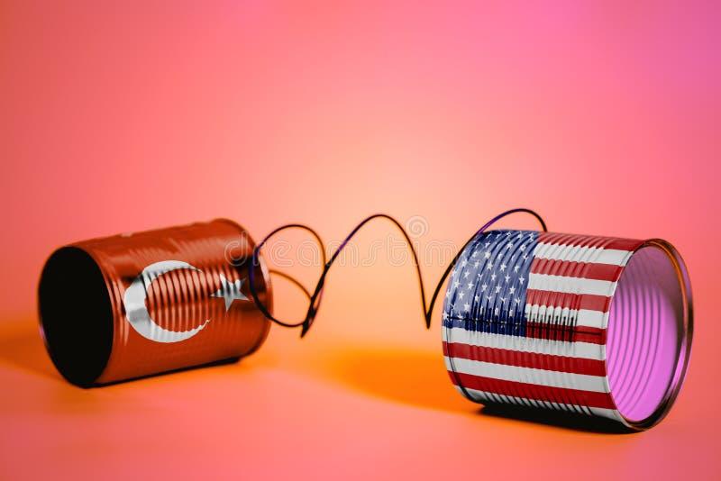 有美国和土耳其旗子的锡罐电话 黑色通信概念收货人电话 免版税库存图片