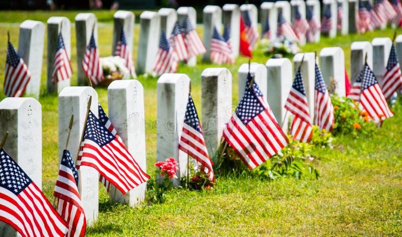有美国国旗的墓碑在森林沼地公墓在韦克菲尔德,马萨诸塞 免版税图库摄影