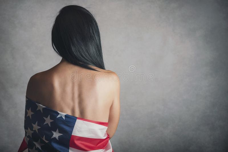 有美国国旗的少妇 免版税库存照片
