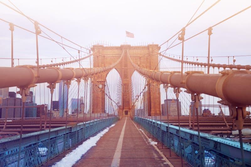 有美国国旗的布鲁克林大桥在塔,NYC 库存照片