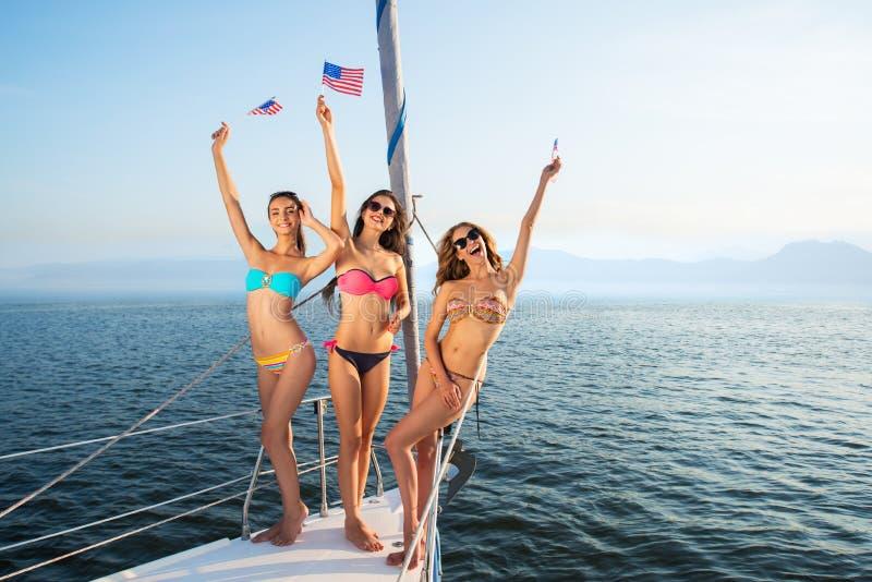 Download 有美国国旗的微笑的女孩 库存图片. 图片 包括有 标志, 系列, 爱国, 巡航, 性感, 本质, 女性, 当事人 - 72366463