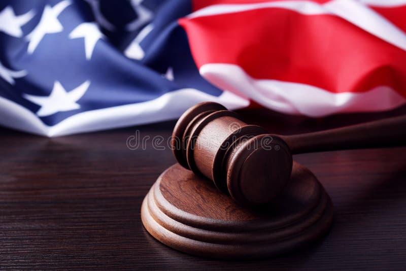 有美国国旗的法官惊堂木 免版税库存照片