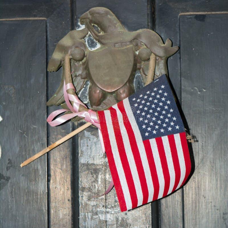 有美国国旗的老黄铜拍板 图库摄影