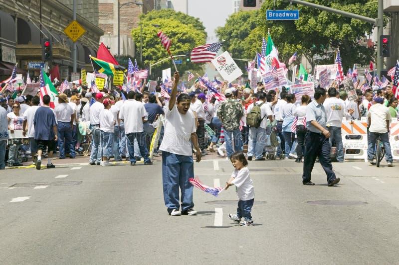 有美国国旗的西班牙女孩和父亲 免版税图库摄影