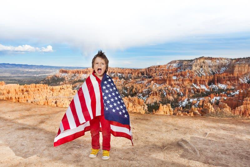 有美国国旗的,布莱斯峡谷国家公园男孩 库存照片