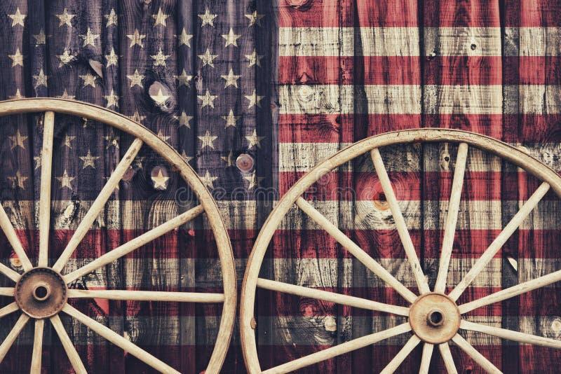 有美国旗子的古色古香的马车车轮 免版税库存照片