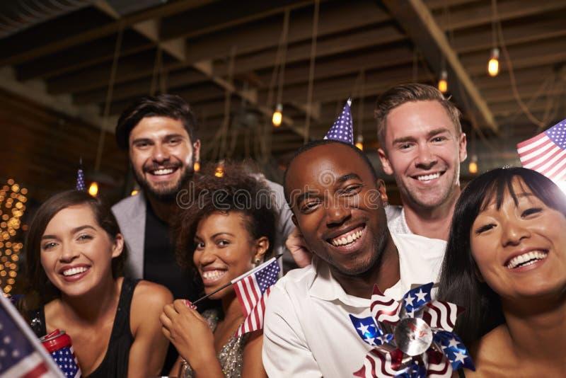 有美国旗子的朋友在酒吧的7月4日党,关闭 免版税库存图片