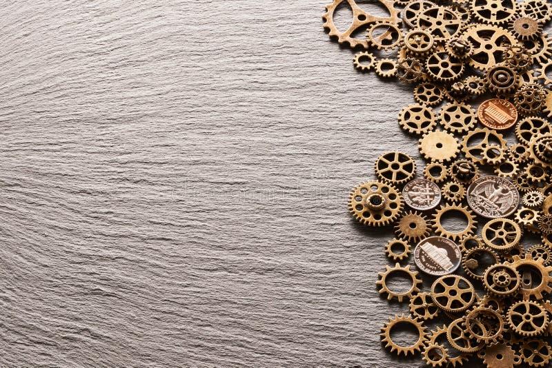 有美国硬币的各种各样的金属钝齿轮 免版税图库摄影