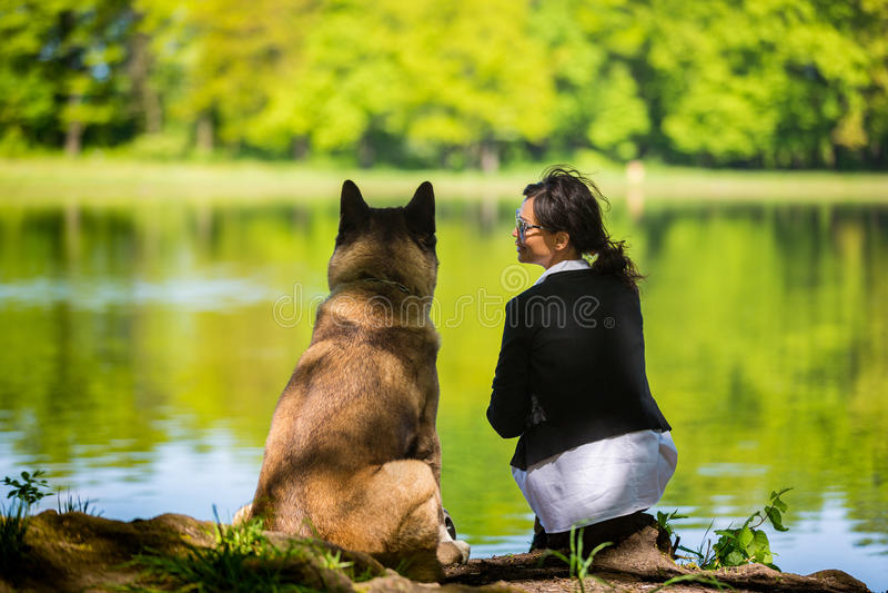 有美国秋田狗的妇女 免版税库存照片