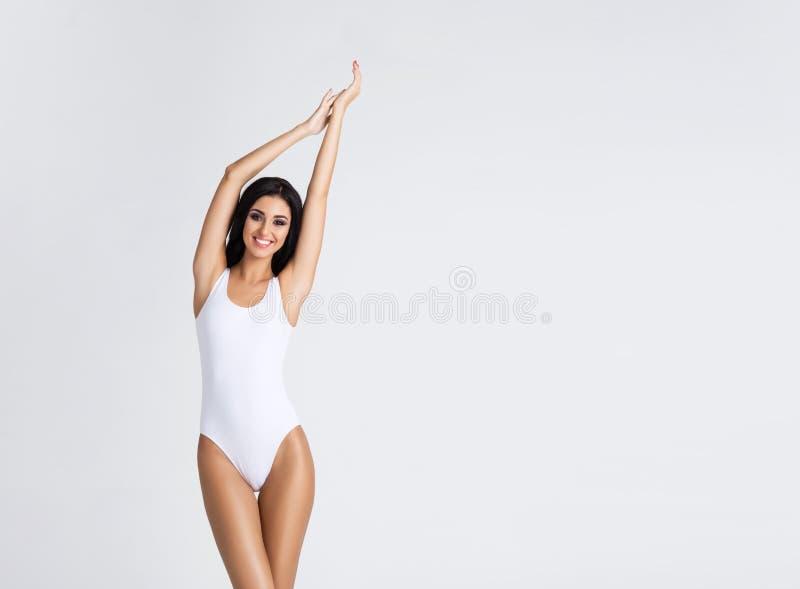 有美好和适合的身体的苗条和女孩 泳装的妇女 炫耀,节食,健康和秀丽概念 图库摄影