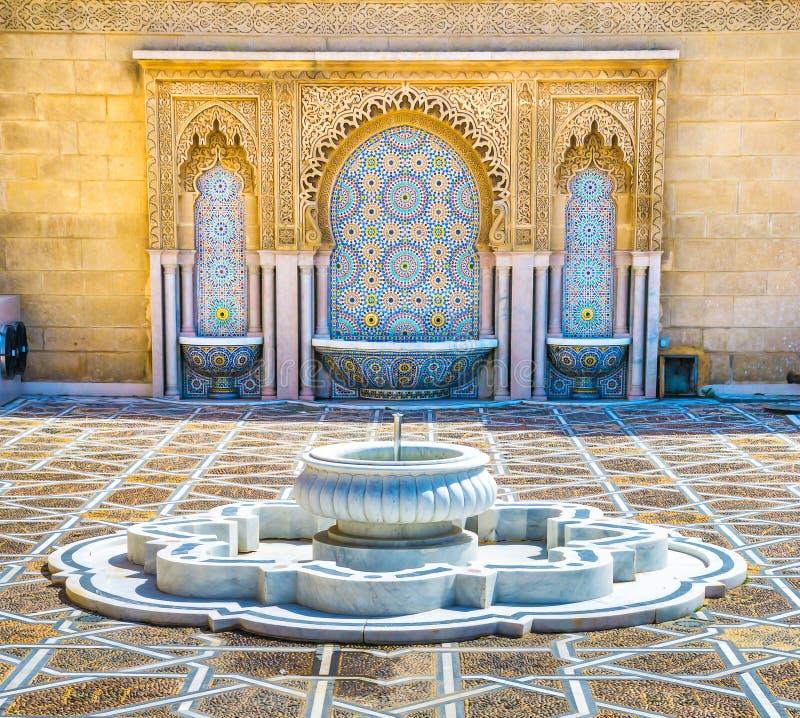 有美好的五颜六色的锦砖的惊人的摩洛哥样式喷泉在默罕默德v陵墓在拉巴特摩洛哥 o 库存照片