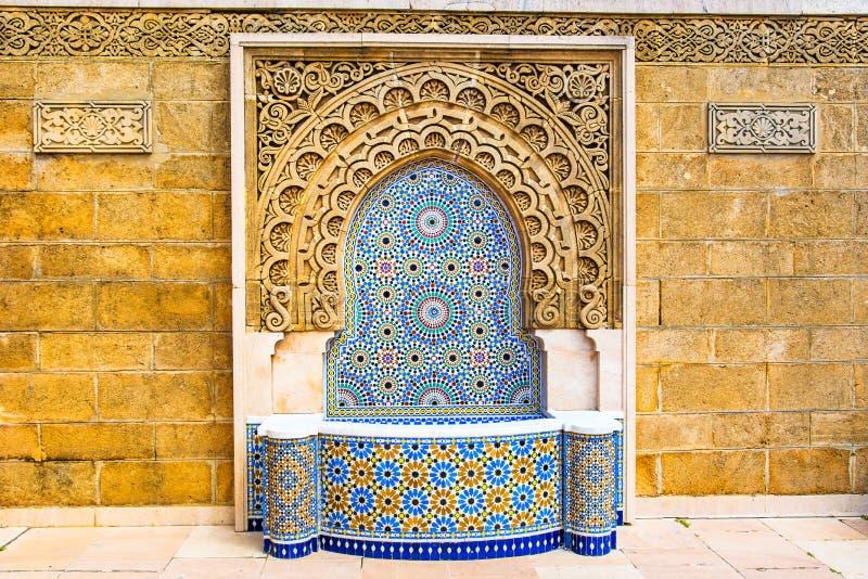 有美好的五颜六色的锦砖的摩洛哥样式喷泉在M 库存照片