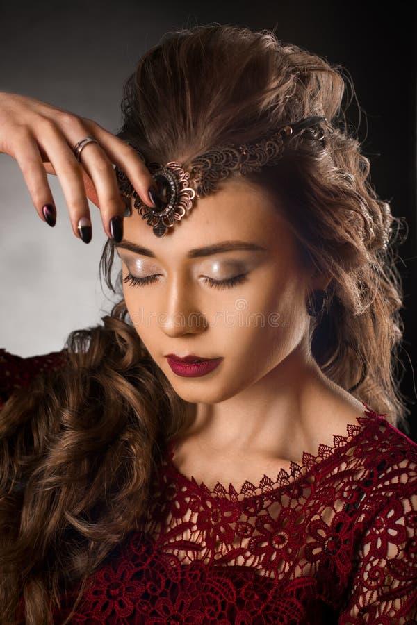 有美好的卷曲发型的迷人的女孩 库存照片