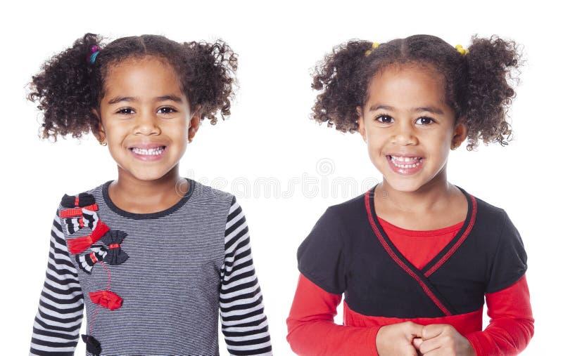 有美好的发型的双可爱的非洲小女孩 免版税库存图片