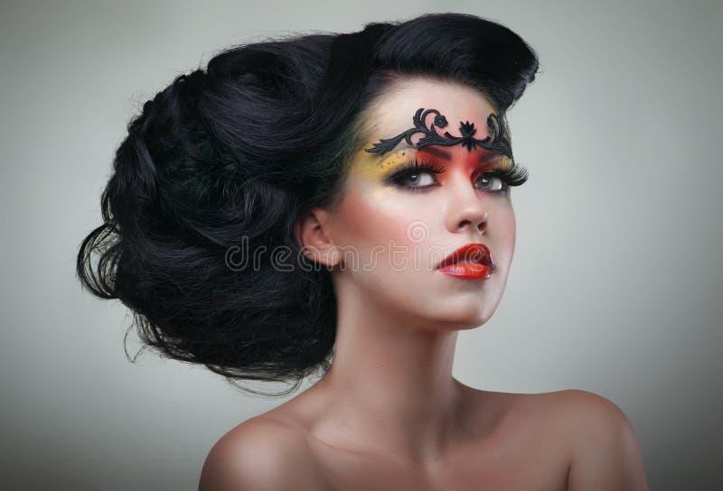 有美好的发型的深色的妇女 免版税库存图片