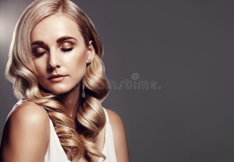 有美好的发型的白肤金发的妇女 库存照片