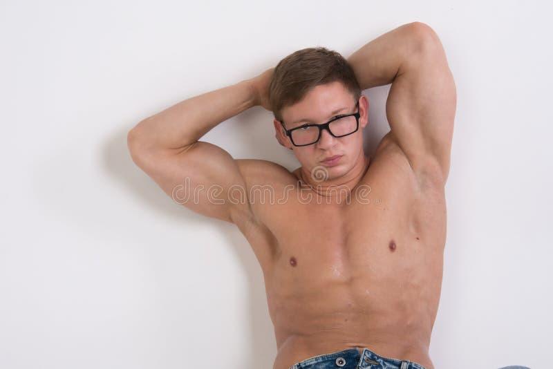 有美好的强健的身体的人,赤裸上身 健康生活方式和健身房 胃肠执行 免版税库存图片