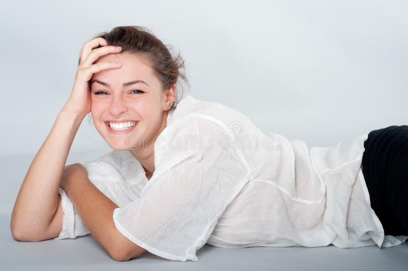 有美好的微笑的少妇 库存照片