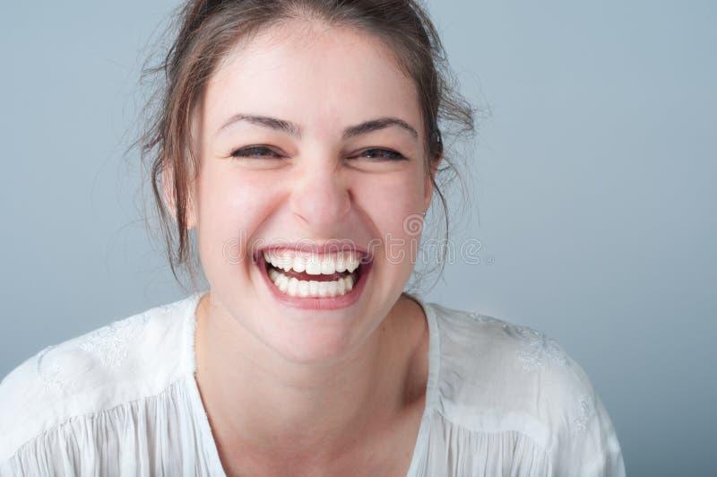有美好的微笑的少妇 免版税库存照片