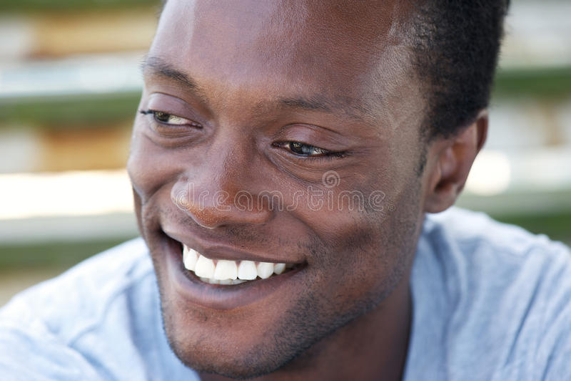 有美好的微笑的愉快的非裔美国人的人 免版税库存照片