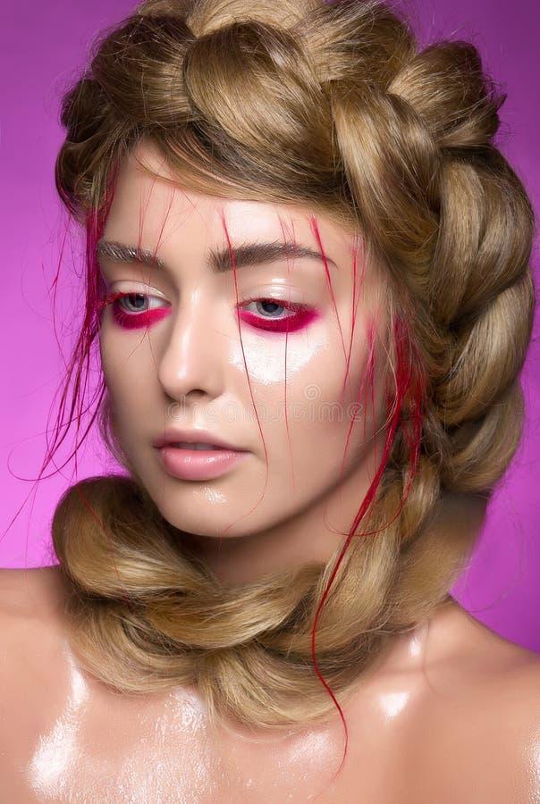 有美好的时尚明亮的桃红色构成的特写镜头女性 免版税库存照片