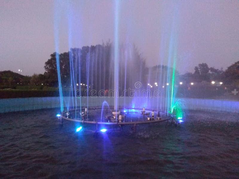 有美好的照明设备的喷泉 免版税库存照片