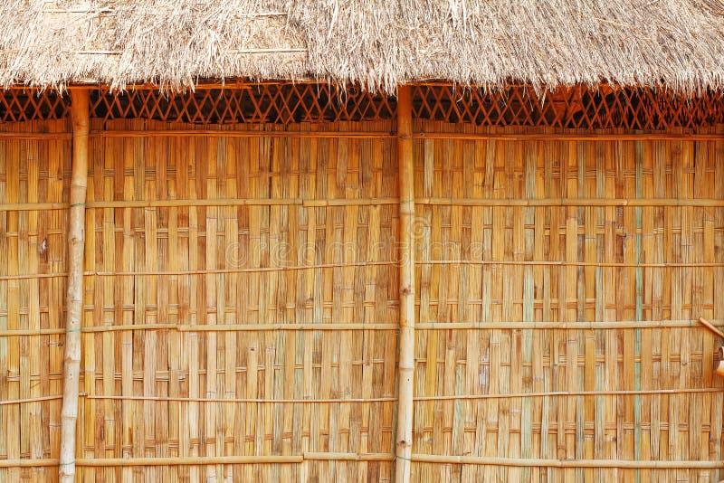 有美好的花和植被的竹墙壁 免版税库存图片