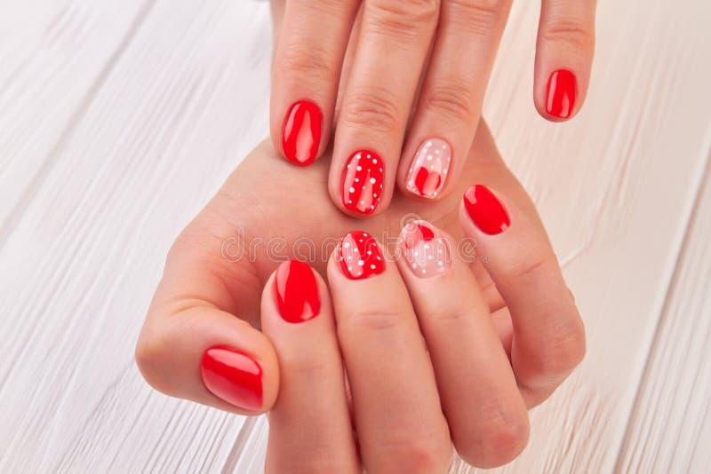 有美好的被设计的修指甲的女性手 免版税库存照片