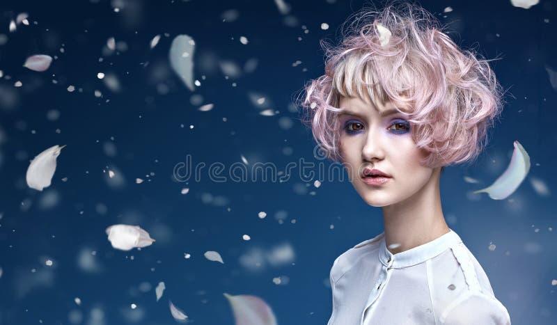 有美妙的发型的美丽的夫人 免版税库存照片