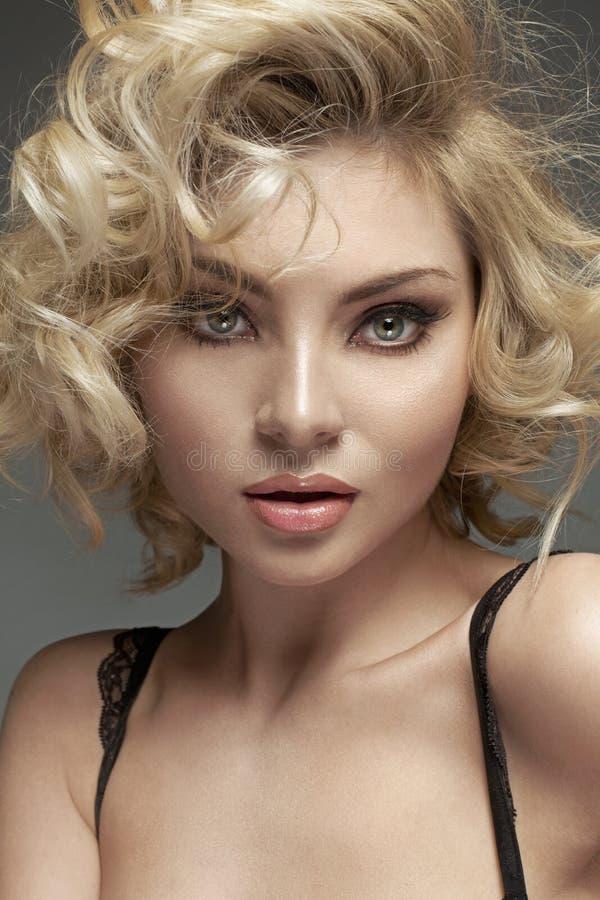 有美妙的眼睛的精美金发碧眼的女人 免版税库存照片
