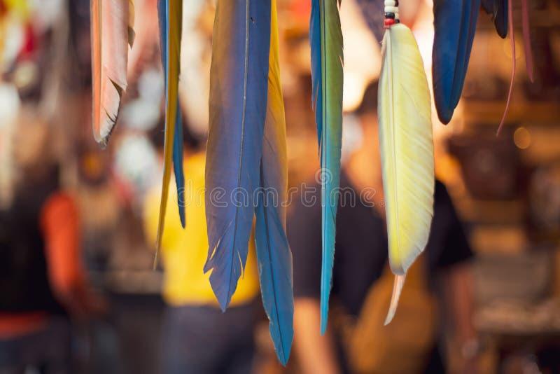 有羽毛的垂悬的多色手工制造梦想俘获器 免版税库存图片