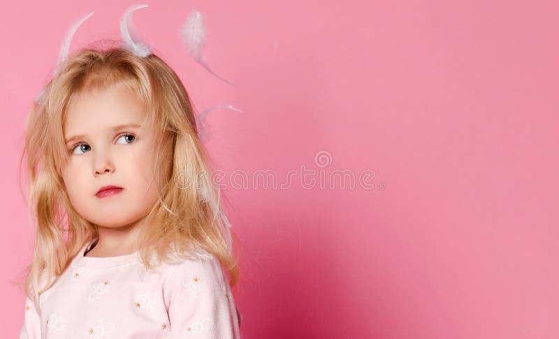 有羽毛的女孩金发碧眼的女人在她的头发 图库摄影