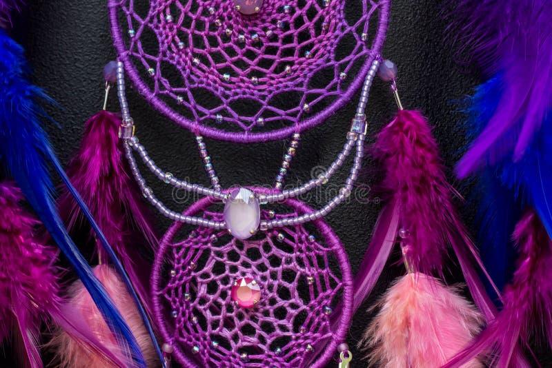 有羽毛螺纹的手工制造梦想俘获器和小珠系住垂悬 库存图片