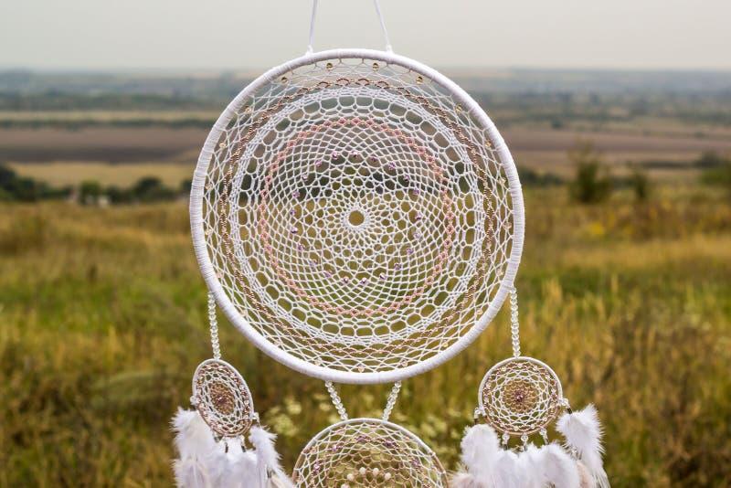 有羽毛螺纹的手工制造梦想俘获器和小珠系住垂悬 免版税库存照片
