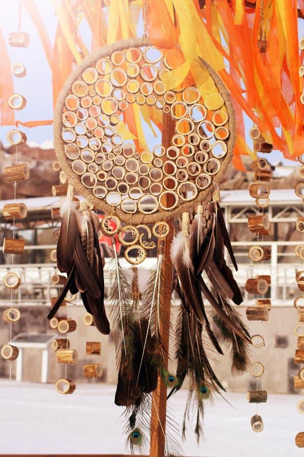 有羽毛螺纹的梦想俘获器和小珠系住垂悬 手工制造的Dreamcatcher 库存图片