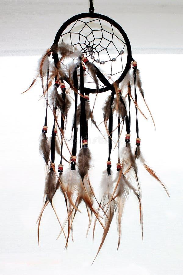 有羽毛螺纹的梦想俘获器和小珠系住垂悬 Drea 免版税图库摄影
