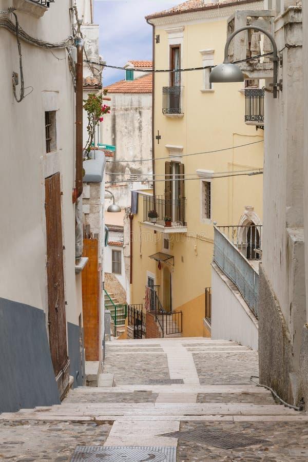 有老五颜六色的房子的城市街道 免版税库存照片