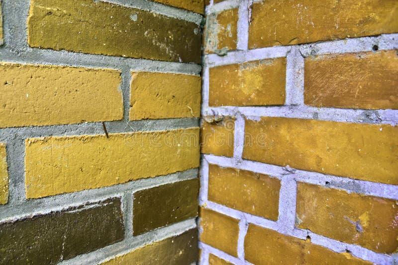 有老和被风化的石头的黄色在高分辨率的砖墙和镇压 免版税库存照片