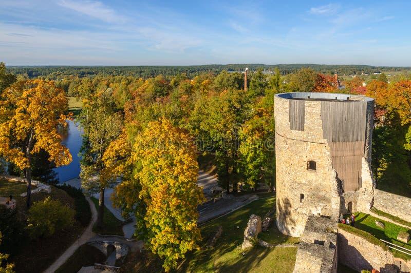 有老城堡废墟的秋天公园在Cesis镇,拉脱维亚 免版税库存图片