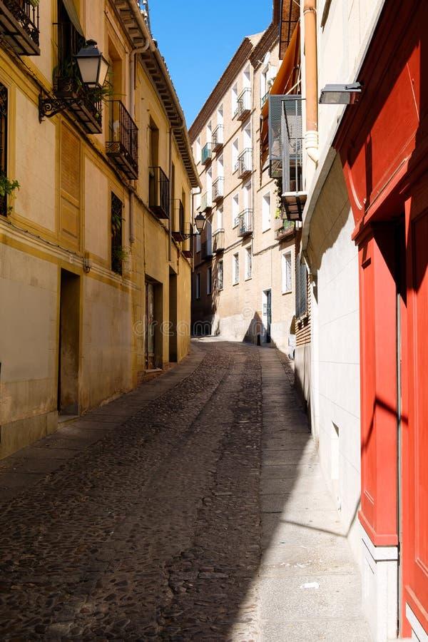 有老大厦的街道在中世纪市托莱多在西班牙 免版税图库摄影
