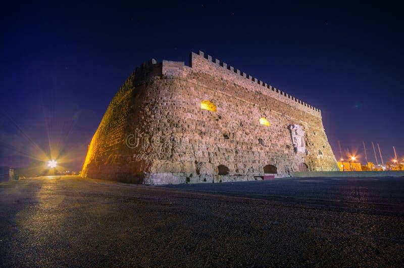有老威尼斯式堡垒Koule和造船厂的,克利特伊拉克利翁港口 免版税库存图片