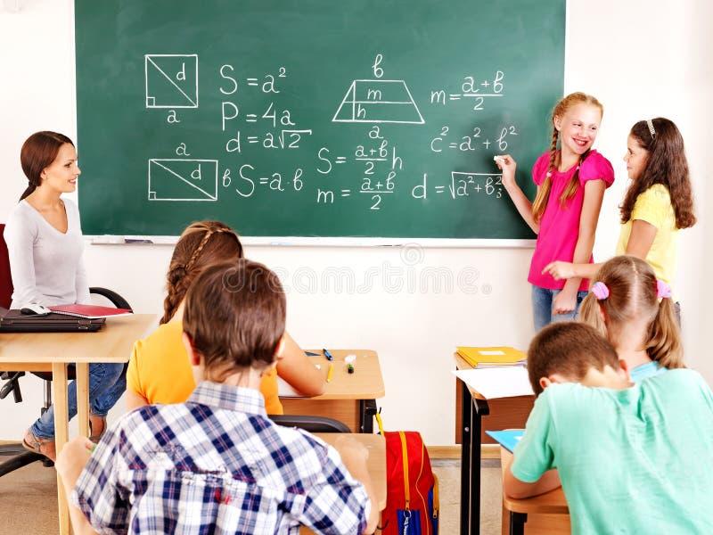 有老师的小学生。 免版税库存照片