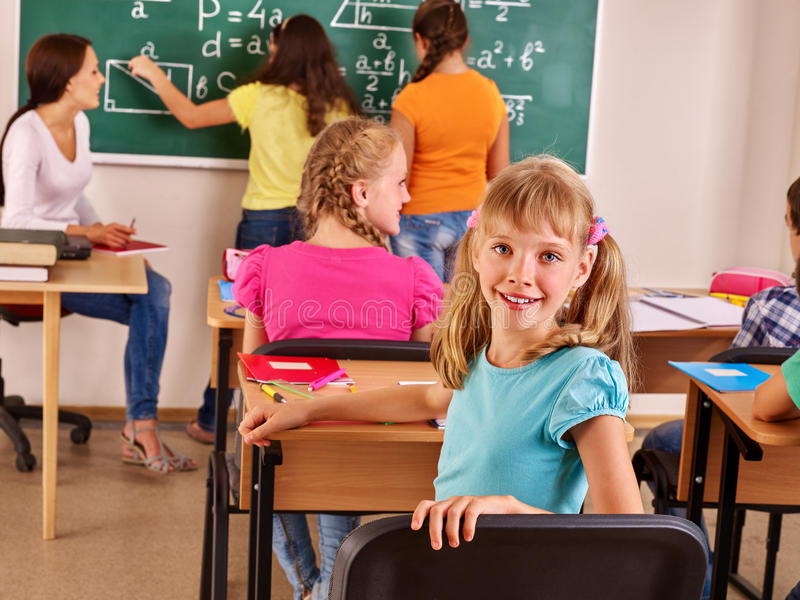 有老师的小学生 库存照片
