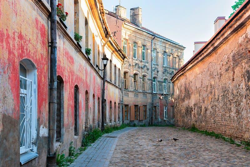 有老房子和鹅卵石的耶路撒冷旧城维尔纽斯立陶宛街道 免版税库存照片