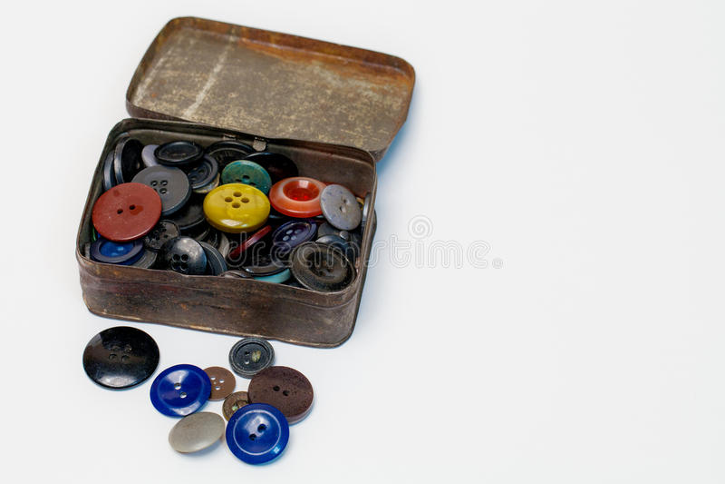 有老按钮的老金属箱子 库存照片