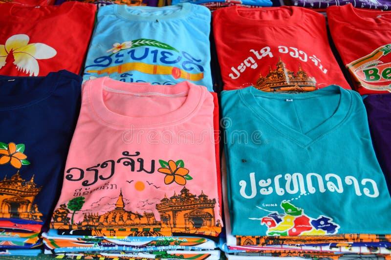 有老挝人旅游胜地的五颜六色的T恤杉在万象,老挝人筛选打印被卖在纪念品店PDR首都 库存图片