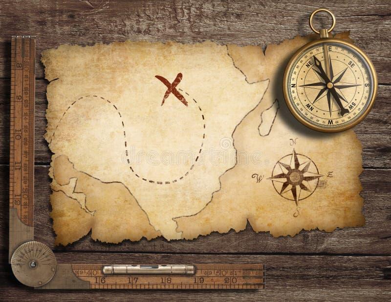 有老映射的黄铜古色古香的船舶指南针 库存照片