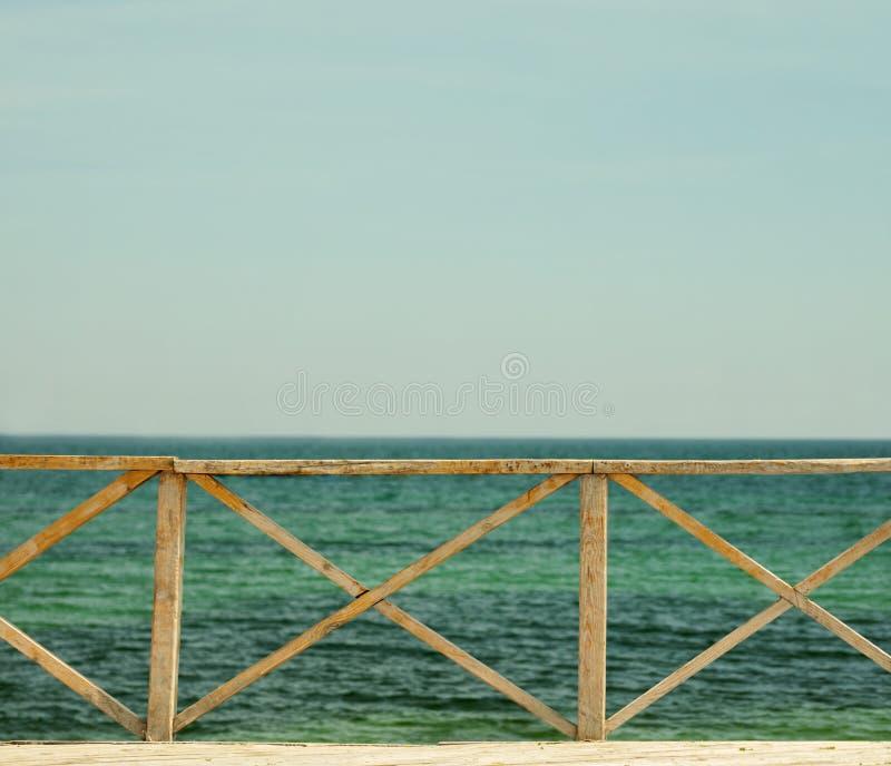 有老木篱芭的海码头以天际为背景 免版税库存照片